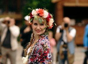 Красавица в окружении фотографов
